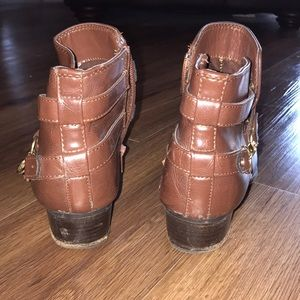 Unisa Shoes - Brown leather booties with gold accent chain